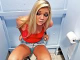 Studentka se nechá ošukat na školním záchodě