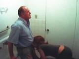 Skrytá kamera natočila sekretářku, jak dělá kariéru na WC